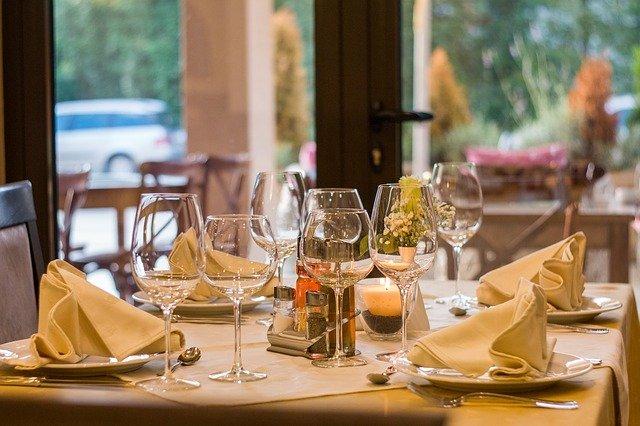 restaurant 449952 640 2 - Niezbędnik wpodróży: wrestauracji (at arestaurant)