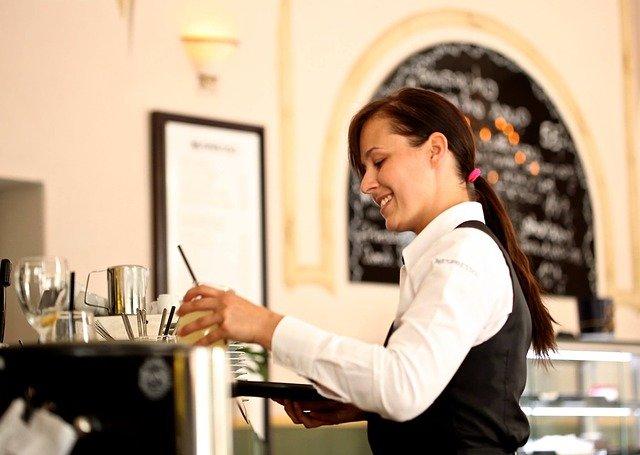 waitress 2376728 640 - Niezbędnik wpodróży: wrestauracji (at arestaurant)