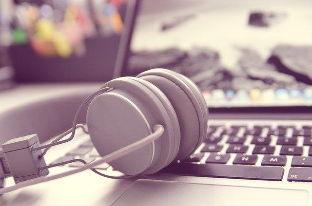 headphones 338492 640 - Shadowing, czyli naucz się mówić lepiej poangielsku!